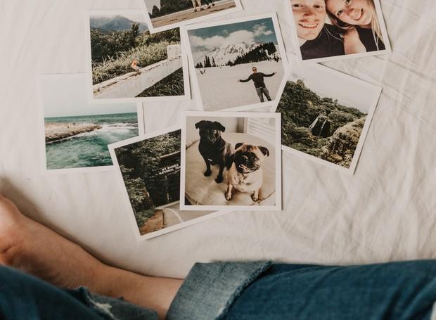 Rever os álbuns de fotografia da família pode ser uma atividade muito prazerosa para o momento do piquenique (Foto: Unsplash / sarandy westfall / Creative Commons)