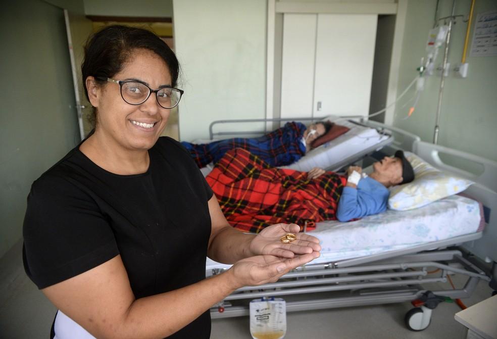 Jane Alves, neta do casal, mostra aliança dos avós — Foto: Matheus Oliveira/Agência Saúde