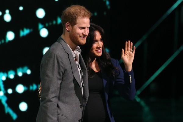 A atriz Meghan Markle com o marido, o Príncipe Harry, em um evento representando a Família Real (Foto: Getty Images)