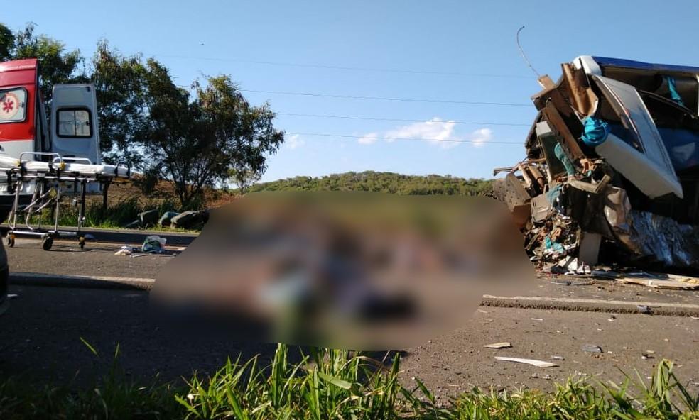Acidente em Taguaí: vítimas foram arremessadas para fora do ônibus — Foto: Divulgação