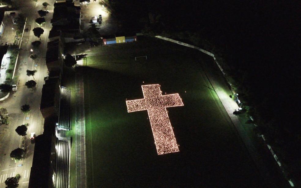 Moradores de Mutuípe (BA) acenderam velas para homenagear vítimas da Covid-19 em março deste ano — Foto: Cristiano Drone Service
