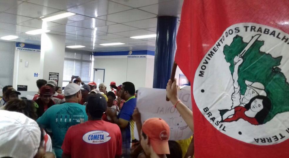 Em Crateús, manifestantes ocuparam a sede do INSS. (Foto: Movimento Sem Terra)