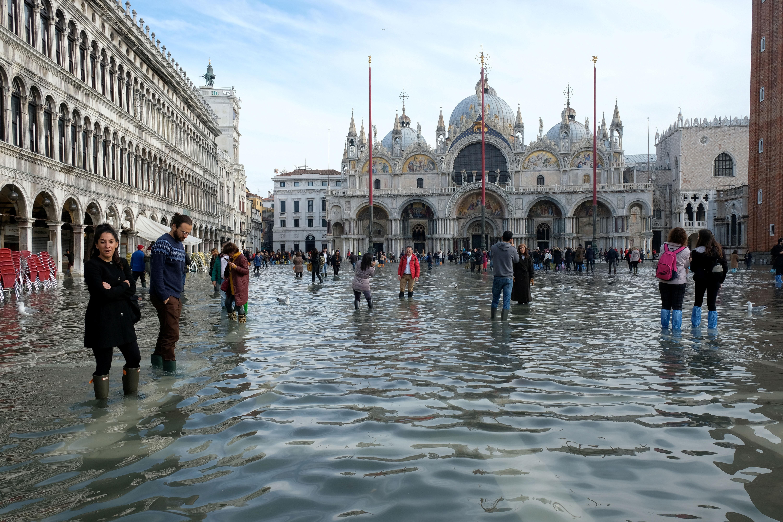 Veneza tem estado de alerta por nova maré alta