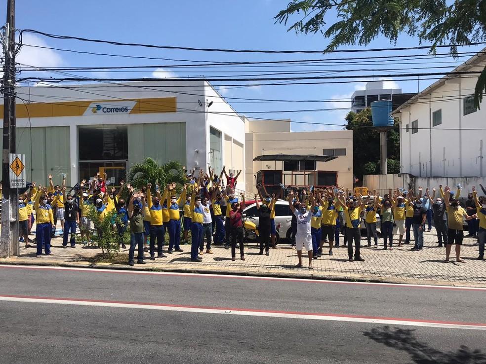 Funcionários dos Correios no RN aderiram à greve nacional da categoria e protestaram em Natal nesta terça (18) — Foto: Kléber Teixeira/Inter TV Cabugi