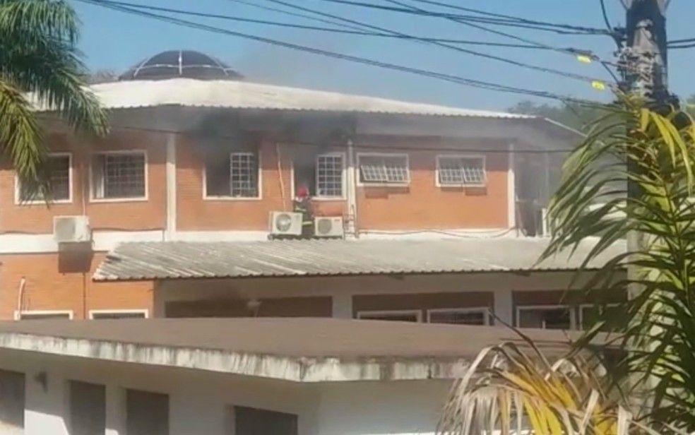 Bombeiros foram acionados para conter o incêndio no prédio da Sema (Foto: Arquivo pessoal)