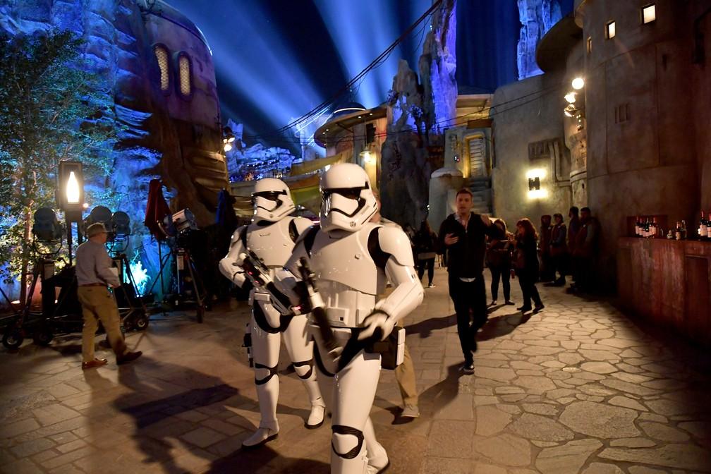 Stormtroopers foram vistos na inauguração da atração 'Star Wars' nesta quarta (29) no parque da Disney, na California  — Foto: Amy Sussman/Getty Images North America/AFP