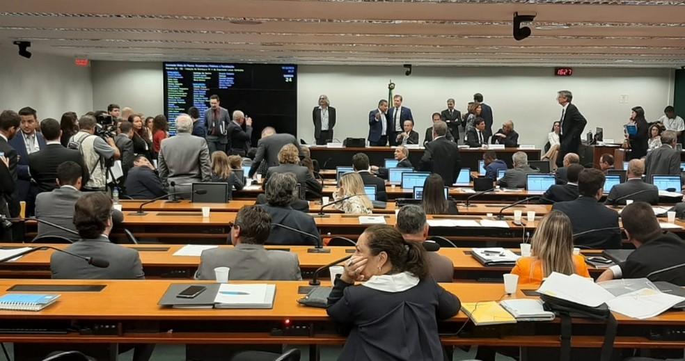 Deputados e senadores reunidos no plenário da Comissão Mista de Orçamento do Congresso Nacional — Foto: Alexandro Martello/G1