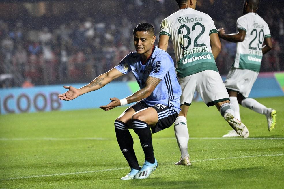 Everton sofreu lesão pelo São Paulo contra o Goiás, último jogo do time comandado por Cuca — Foto: Marcos Ribolli