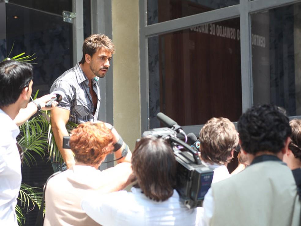 Enzo enfrenta jornalistas e arma fuga para proteger Danielle em 'Fina Estampa' — Foto: Globo