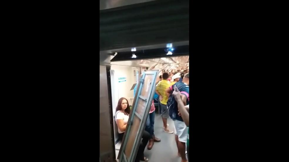 Estrutura interna de um dos trens do Metrô do Recife ficou danificada após acidente desta terça-feira (18) — Foto: Reprodução/WhatsApp