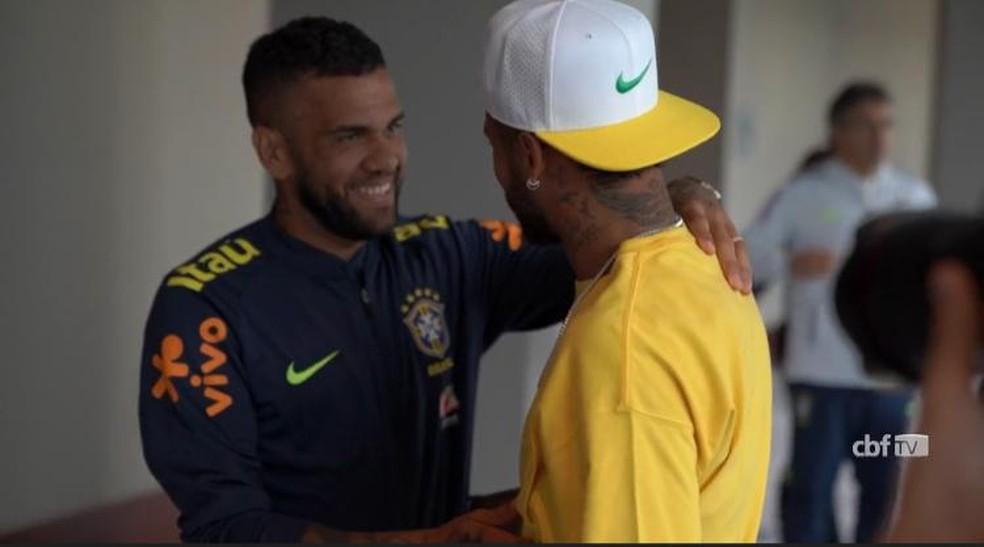 Daniel Alves deu assistência para Neymar no amistoso da Seleção contra a Colômbia — Foto: CBF TV