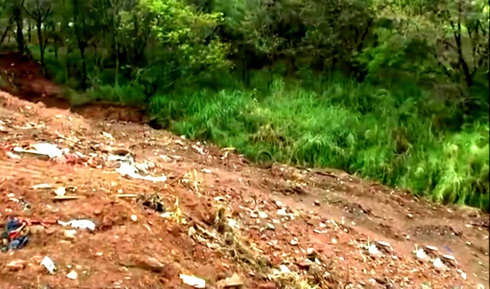 Em meio ao entulho, muito lixo comum tem sido desepejado nas APPs (Foto: Reprodução / TV TEM)