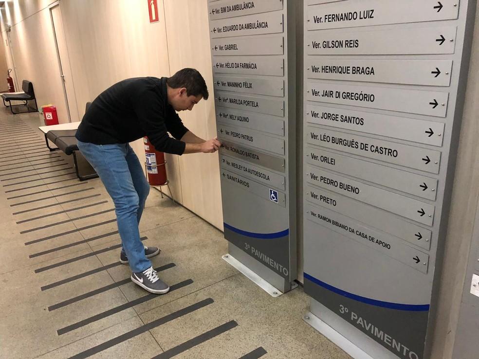 Placa indicativa é instalada com o nome de Ronaldo Batista  — Foto: Danilo Girundi/TV Globo