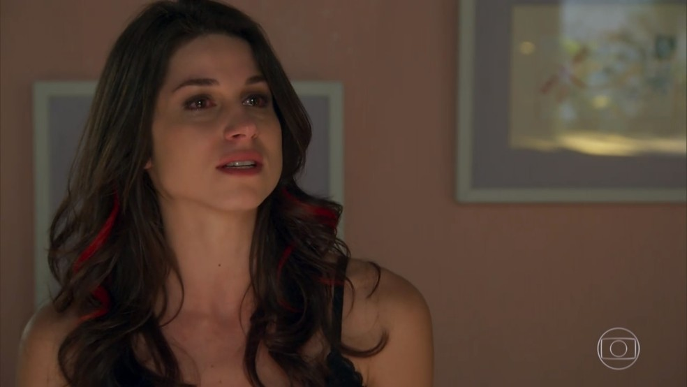 Carmela (Chandelly Braz) desabafa sobre a pressão de ter guardado um segredo a vida inteira - 'Haja Coração' — Foto: Globo