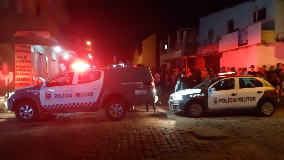 Homem foi assassinado no bairro Igapó, em Natal. Curiosos de aglomeraram após o crime. — Foto: Sérgio Henrique Santos/Inter TV Cabugi
