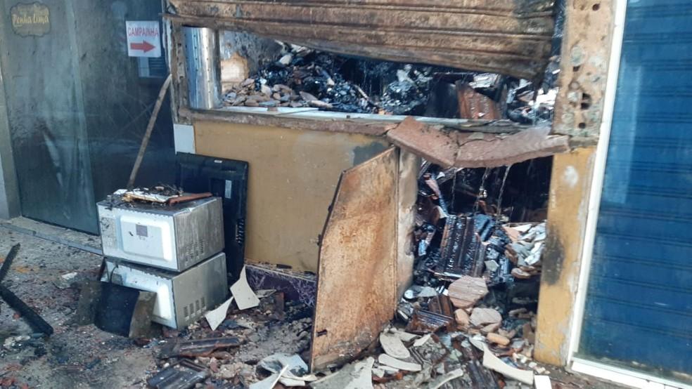 Incêndio destruiu box em Boa Viagem, na Zona Sul do Recife — Foto: Elvys Pires/TV Globo