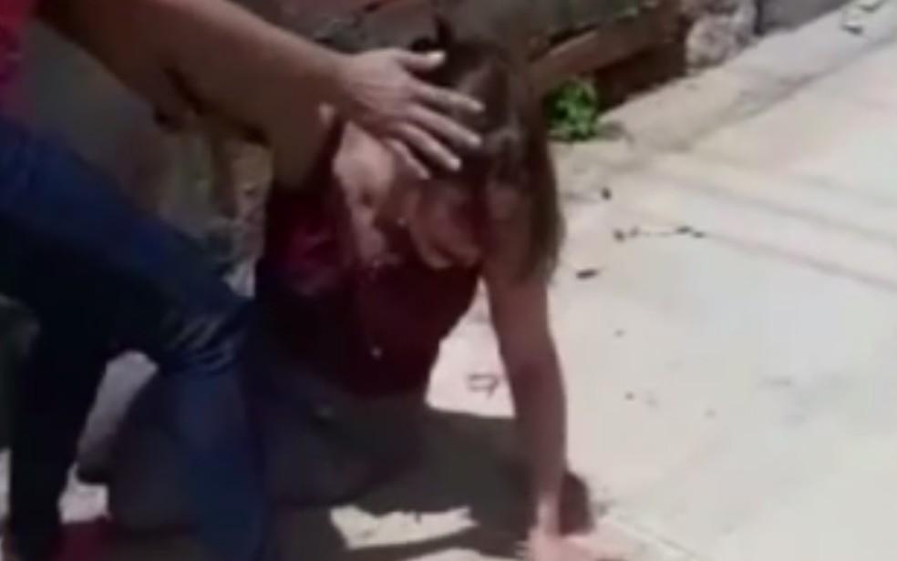 Keilly M�gila Gon�alves, diretora do Cemei, do Residencial Buena Vista, em Goi�nia, foi agredida por funcion�rio de vereador — Foto: Reprodru��o/TV Anhanguera