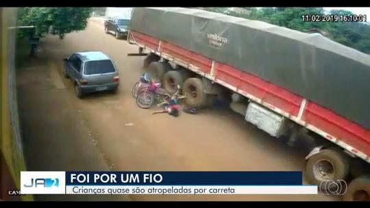Vídeo mostra quando crianças caem de bicicletas e quase são atropeladas por caminhão, em Rio Verde