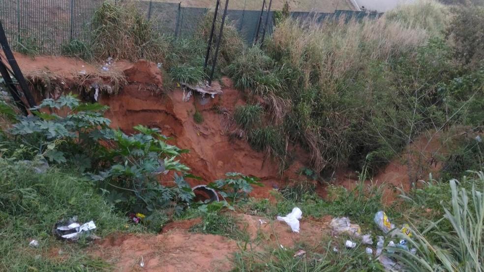 Área desabou enquanto homem escavava para instalar um outdoor (Foto: Fernanda Zauli/G1)