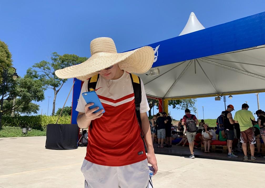 O jogador Luís Felipe dribla o verão da capital gaúcha com um sombrero e bastante protetor solar — Foto: José Adorno/G1