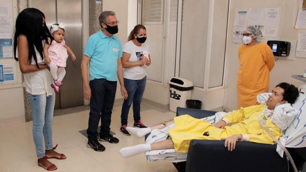 Paciente teve encontro com a família no hospital dois meses após transplante de pulmão em Rio Preto — Foto: Hospital de Base/Divulgação