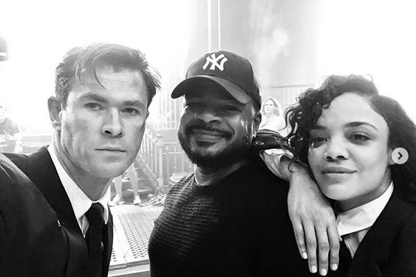 Chris Hemsworth no set do quarto filme da franquia Homens de Preto com a atriz Tessa Thompson e com o diretor F. Gary Grey (Foto: Instagram)