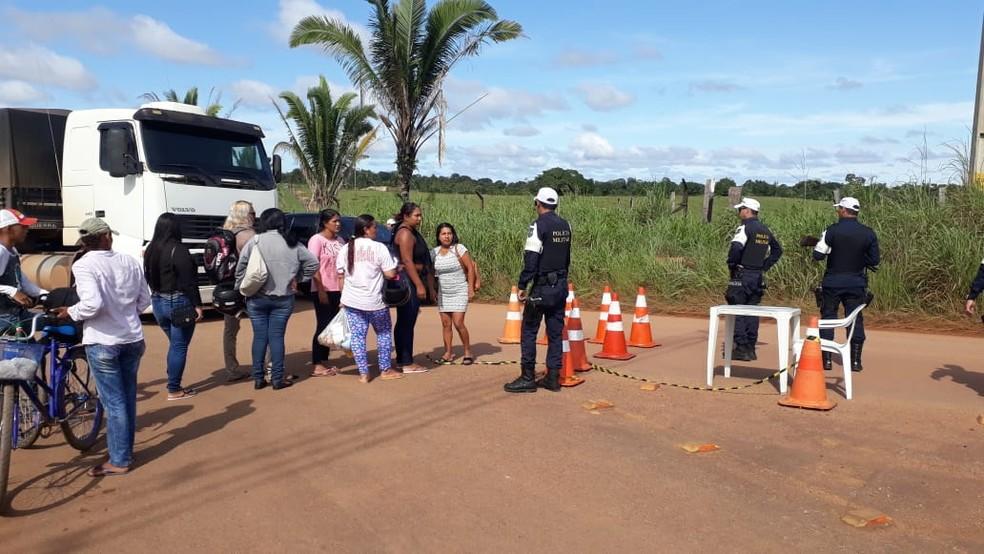 Mulheres são impedidas de ir até a estrada que dá acesso aos presídios — Foto: Pedro Bentes/G1