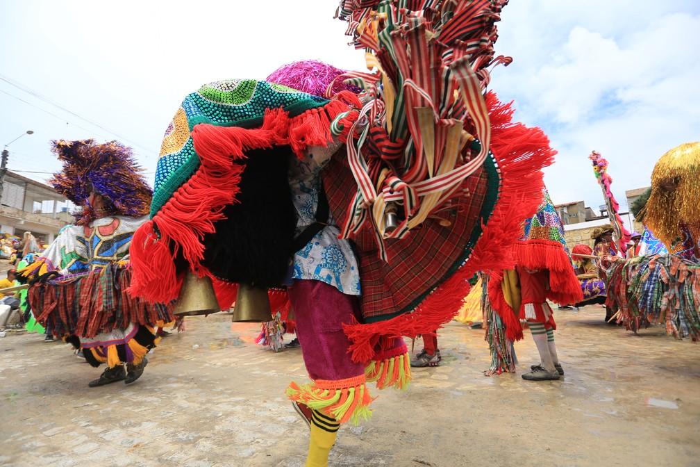 Caboclos de lança dançam durante o encontro de maracatus rurais em Olinda, nesta segunda (12) (Foto: Rafael Medeiros/G1)