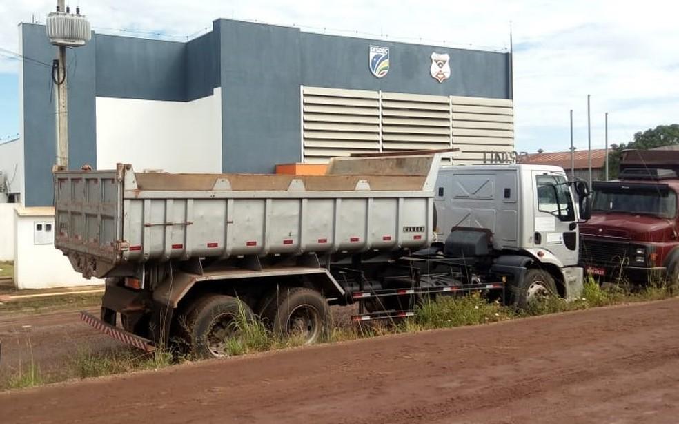 Caminhão com a carga foi apreendido (Foto: Conesul Acontece/Reprodução)