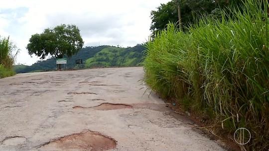Motoristas reclamam de buracos na RJ-160 entre Carmo e Cantagalo, no RJ
