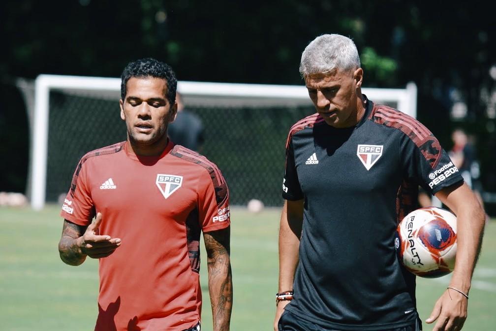 Daniel Alves e Crespo conversam durante o treinamento — Foto: Fellipe Lucena / saopaulofc