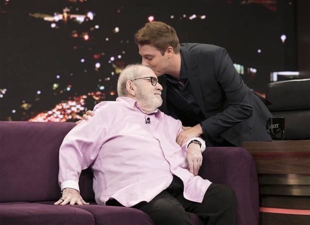 Jô Soares recebe o carinho de Fábio Porchat (Foto: Edu Moraes/Record TV)