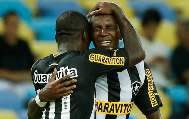 Hyuri e Seedorf gol Botafogo x Coritiba (Foto: Guito Moreto / O Globo)
