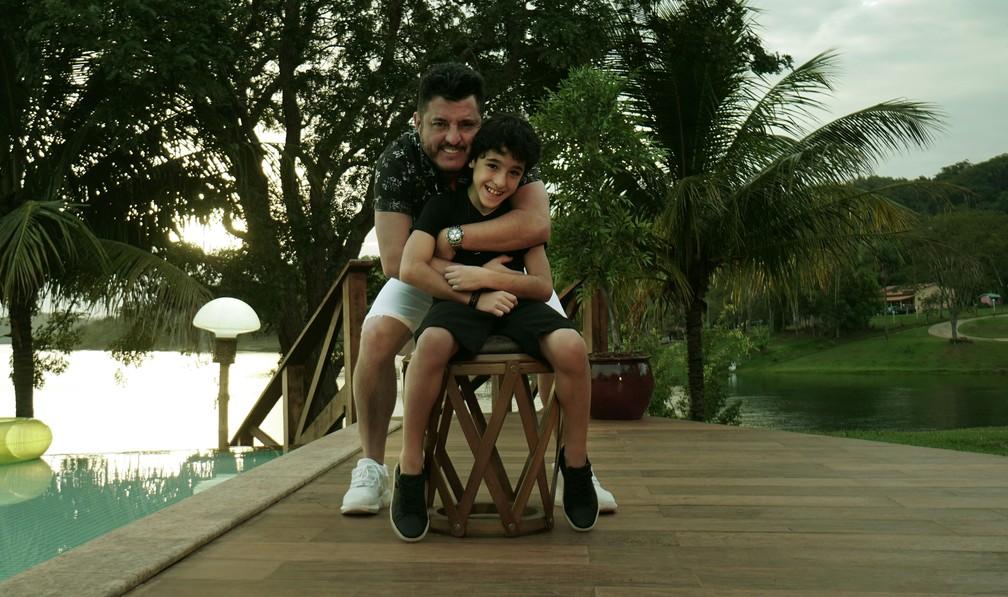 Bruno, dupla com Marrone com seu filho Enzo Rabelo, depois da gravação do clipe de 'Meio Caminho Andado' — Foto: Divulgação