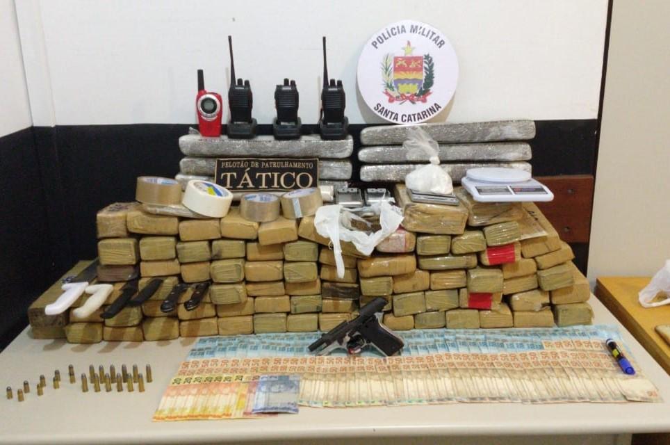 PM apreende 79 kg de maconha e prende seis suspeitos de tráfico em Camboriú