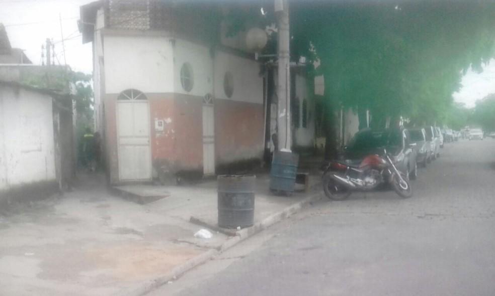 Homicídio ocorreu em um beco da Avenida Brasil, local tido como ponto de venda de drogas (Foto: Reprodução/Inter TV dos Vales)