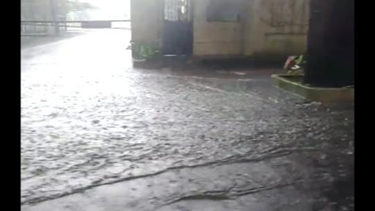 Chuva alaga ruas e deixa o trânsito lento em Belém
