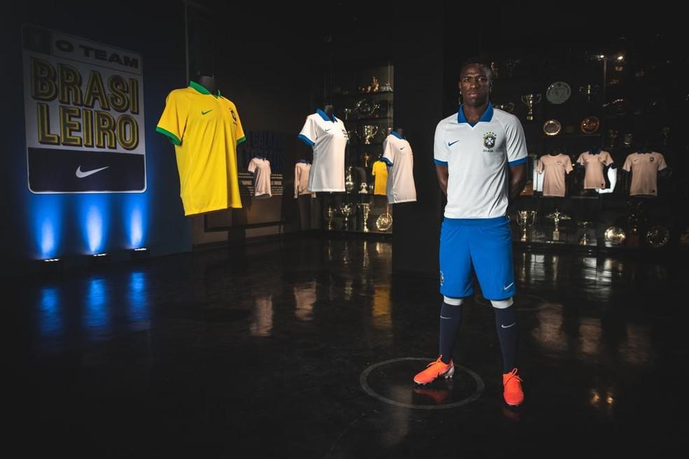Vinicius com a nova camisa da Seleção — Foto: Divulgação/Nike