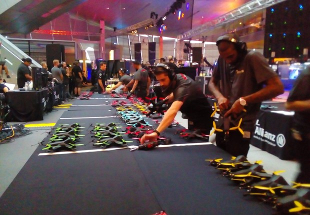 Pilotos manuseiam seus equipamentos na semifinal da Drone Racing League (DRL)  (Foto: Juliana Guarany)