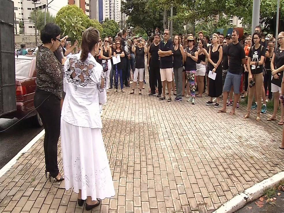 -  Participantes discursaram no protesto contra a violência  Foto: Reprodução/TV Verdes Mares