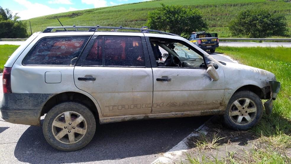 Parati prata usada pelos criminosos tinha sido roubada em Igarassu e se envolveu em acidente na BR-101, depois do assalto seguido de morte da veterinária — Foto: Polícia Rodoviária Federal/Divulgação