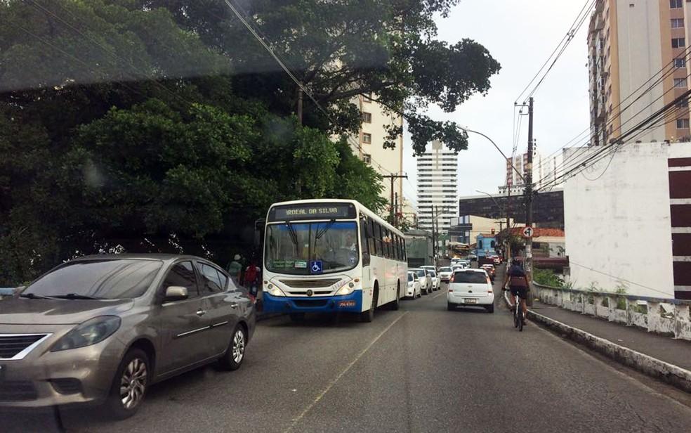 Apesar da paralisação, alguns ônibus circularam normalmente (Foto: Juliana Almirante/G1)