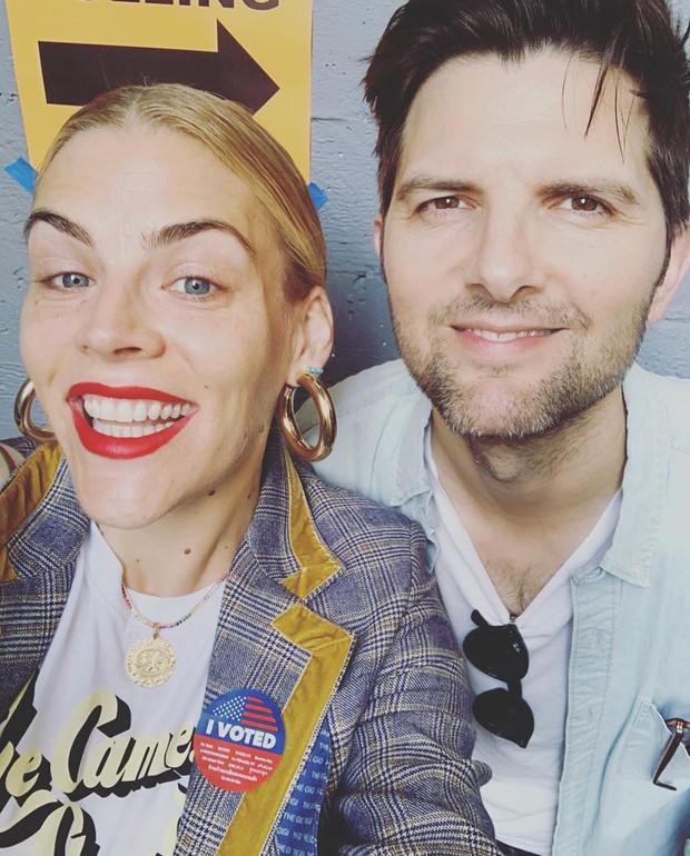 Busy Phillips e Adam Scott (Foto: Reprodução/Instagram)