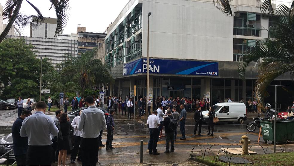 Pessoas descem de prédio no Setor Comercial Sul após tremor (Foto: Arquivo pessoal)