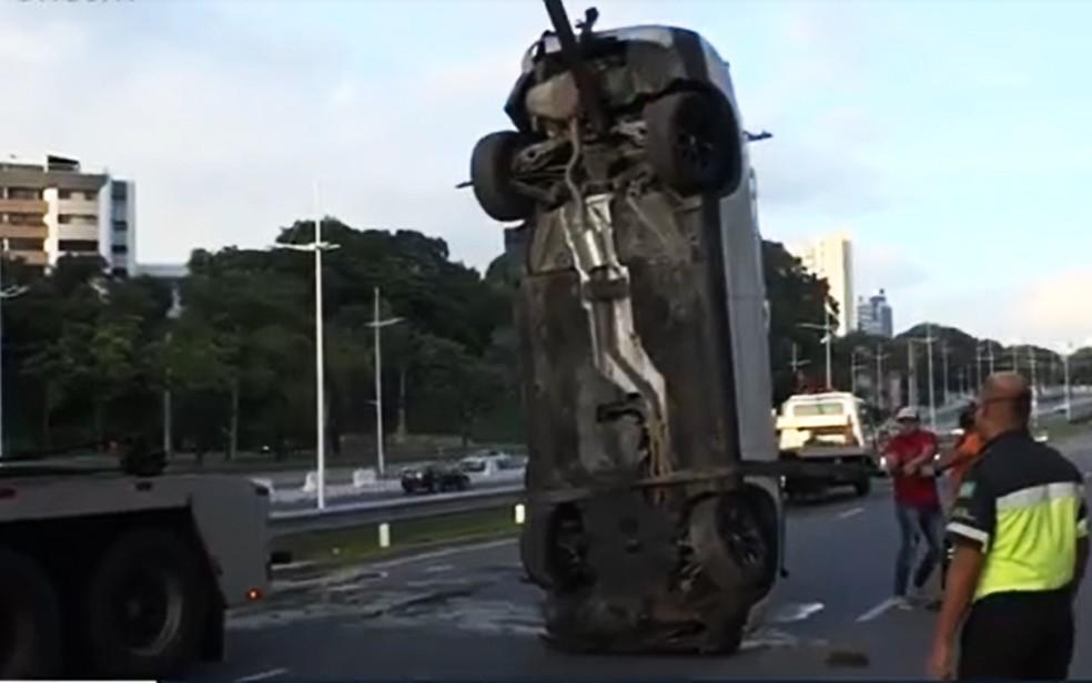 Guincho foi ao local e fez a retirada do carro, por uma via marginal à AV. ACM — Foto: Reprodução/TV Bahia