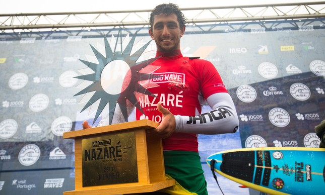Lucas Chumbo comemora a vitória no Nazaré Challenge