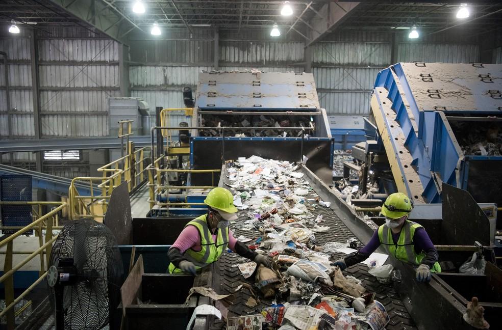 Chineses argumentam que lixo não está limpo o suficiente (Foto: Saul Loeb/AFP)
