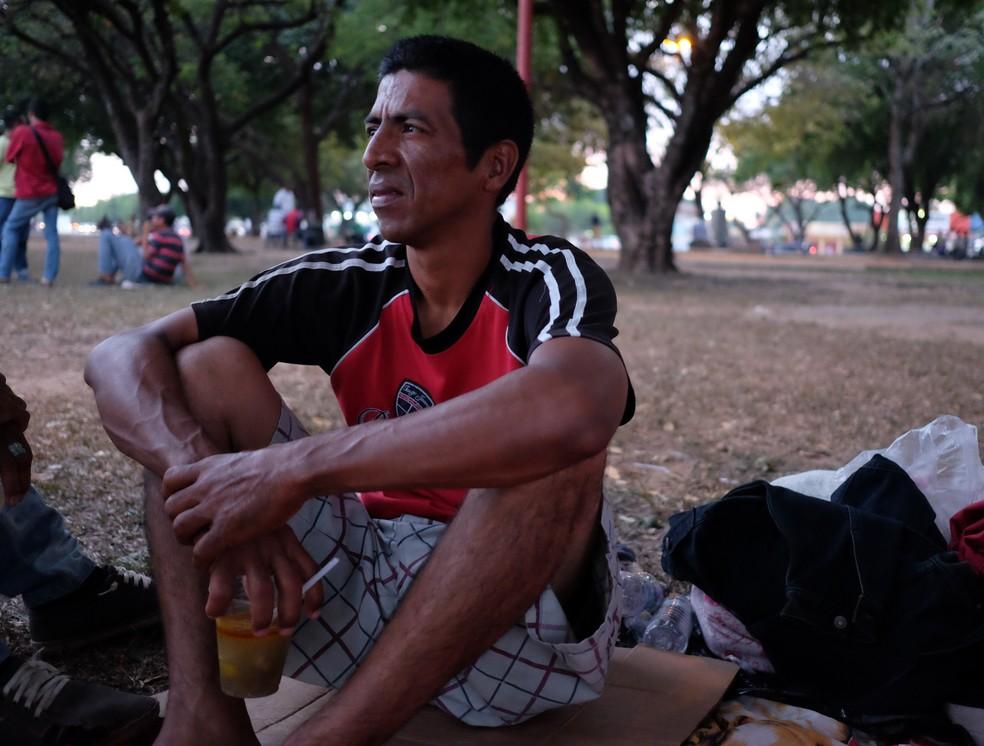 Luiz Rondon viajou por dois dias pela BR-174 andando e pedindo carona (Foto: Inaê Brandão/G1 RR)