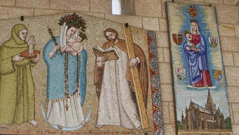 A basílica da Anunciação tem imagens de Maria enviadas por diversos países; na Escócia ela é representada como branca — Foto: Getty Images