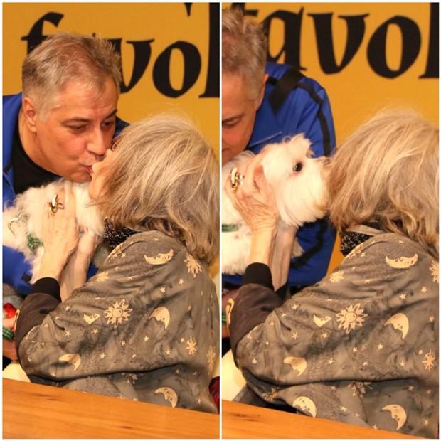Rita Lee beijando o marido, Roberto de Carvalho, e o seu animal de estimação (Foto: Thiago Duran/AgNews)